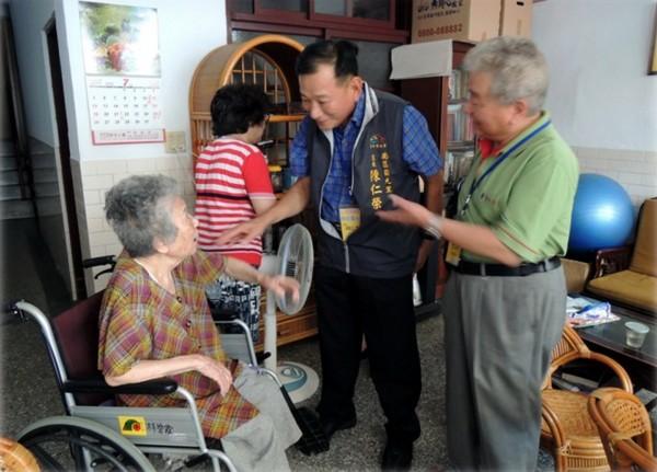 里長帶領愛鄰守護隊,訪視獨居老人。(台中市政府社會局提供)