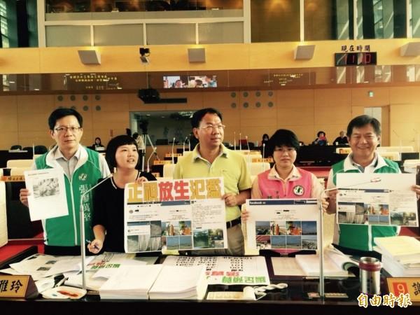 放生亂象引發外界批評,市議員要求市府儘速提出放生管理的SOP。(記者黃鐘山攝)