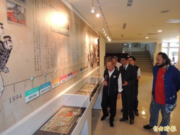 苗栗縣長徐耀昌(左1)等人參觀「1895乙未事件歷史特展」。(記者張勳騰攝)