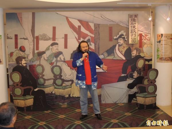 客家創作歌手謝宇威,以濃厚的情感與厚實的歌聲演唱《千秋義民》,唱出客家抗日義民保家衛國的悲壯精神。(記者張勳騰攝)