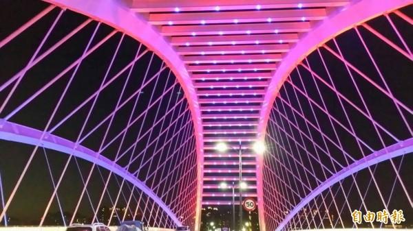 「三角湧大橋」夜間形成美麗的光雕景觀。(記者張安蕎攝)