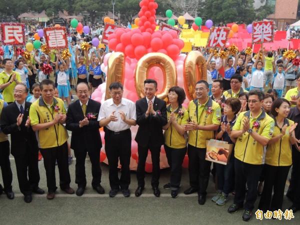台北市長柯文哲與新竹市長林智堅等人回到母校民富國小參加百年校慶。(記者蔡彰盛攝)