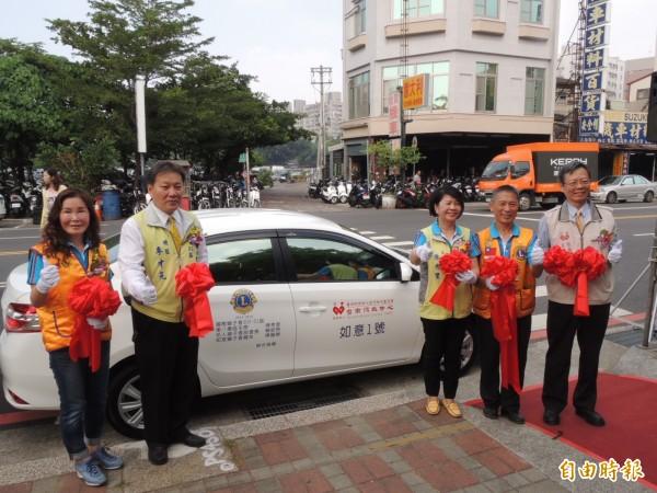 國際獅子會300D1區第8專區3位熱心獅友陳秀里、賴欽麃、陳麗卿合捐一輛巡迴服務車「如意一號」給台南捐血中心。(記者王俊忠攝)