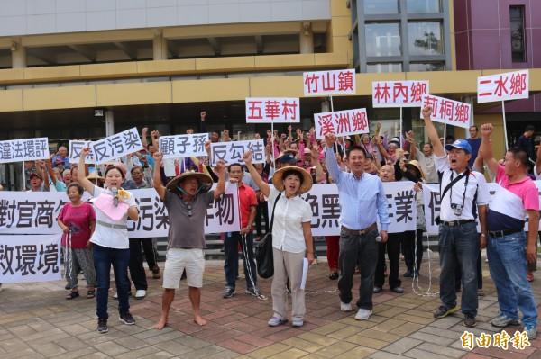 林內鄉民至縣府陳情、抗議,反對焚化爐啟用。(記者詹士弘攝)
