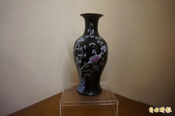 紀念館特別將畫中一隅的缺角花瓶,展示在畫旁,證實李梅樹所繪皆為真人、真物。(記者張安蕎攝)