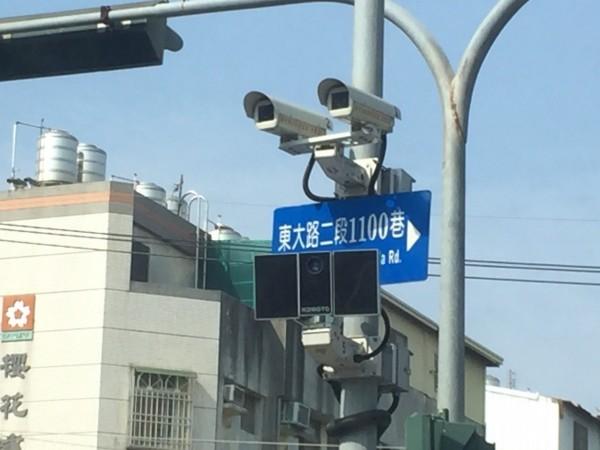 警方設置在大雅區東大路口的「百萬畫素攝影機」。(民眾提供)