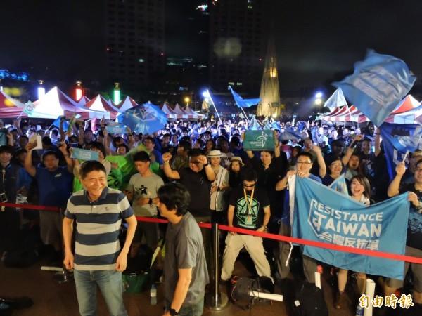 Ingress遊戲玩家晚上聚集在市府廣場前揭曉成績,氣氛相當熱絡。(記者何玉華攝)