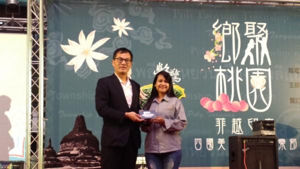 勞動部勞動力發展署署長劉佳鈞致贈紀念品及感謝卡給出境返國的外籍勞工。(圖由勞動部提供)