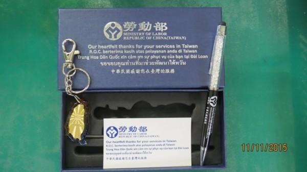 勞動部致贈的紀念品包括一支筆與一個台灣形狀的鑰匙圈,感謝卡寫著「中華民國中心感謝您在台灣的服務」。(圖由勞動部提供)