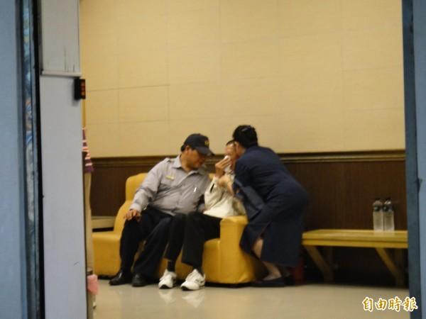 新北市中和第二警分局積穗派出所員警林煒晨自戕,林父(右2)在相驗室中不斷悲泣。(記者吳仁捷攝)