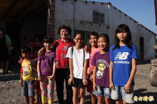 劉莉楹(中紅衣女)捐出祖傳地,讓向陽關懷協會關新家。(記者陳彥廷攝)