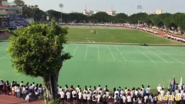學生操場圍起大圈圈,一起寫下萬人大合照的校園紀錄。(記者張聰秋攝)