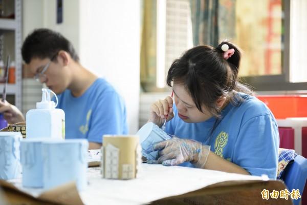 智青朋友藉由手創作品,訓練工作能力及享受自食其力的成就感。(記者蔡文居攝)