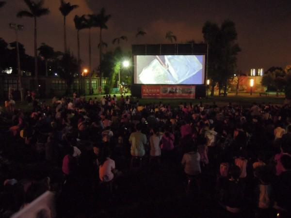 2014年新北市電影節-「星空電影院」,選在四三五藝文特區戶外放映電影。(圖由新北市政府文化局提供)