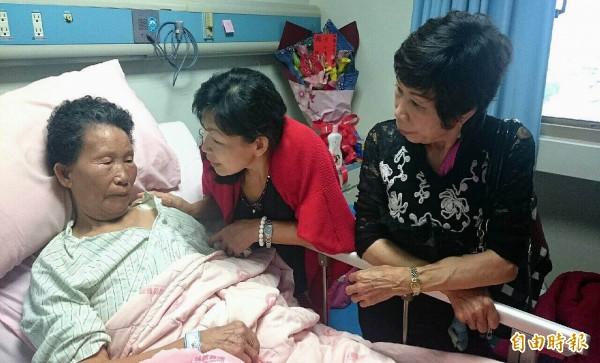 阿嬤黃方金珠躺在病床上仍驚魂未定,無法言語,親屬在旁輕聲關切。(記者湯世名攝)