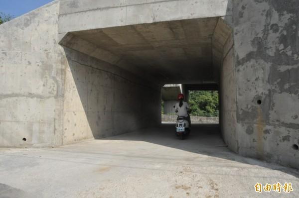 內灣支線在竹東鎮三重路116巷的交會路口,由地方加設護欄、反光指標和避車道等安全配套措施後,即日起開放通行。(記者廖雪茹攝)