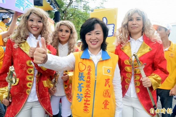 民國黨新北第九選區立委參選人張菁芳(中)登記參選。(記者陳韋宗攝)