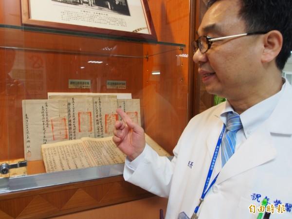 衛生福利部台東醫院院長祝年豐看著台灣總督府立台東醫院的移交清冊,也思考著這間百年老醫院的未來。(記者王秀亭攝)