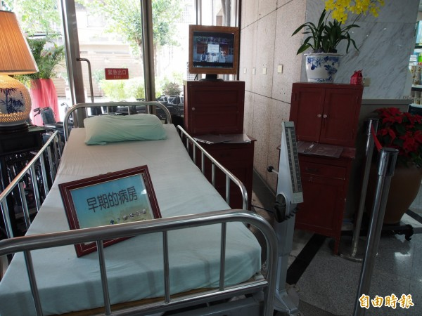 衛福部台東醫院一樓入口處展示著早期病房的陳設,讓民眾看的好懷念。(記者王秀亭攝)