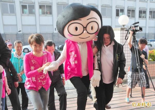 民進黨徵召參選2016年花蓮區域立委的蕭美琴(左),上午和「分身小英」布偶手拉手走進花蓮縣選委會辦理登記。(記者花孟璟攝)