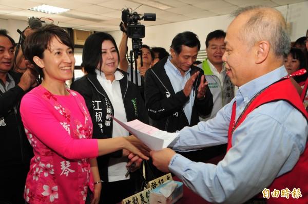 蕭美琴(左)完成登記後,花蓮縣選舉委員會主任委員謝公秉(右)和蕭握手,恭喜她完成登記程序,至於對手國民黨立委王廷升則搶在昨天第一天登記完成。(記者花孟璟攝)