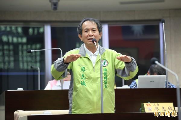廖志城等議員,昨在議會定期會批評南投縣政府行政效率不彰。(記者張協昇攝)