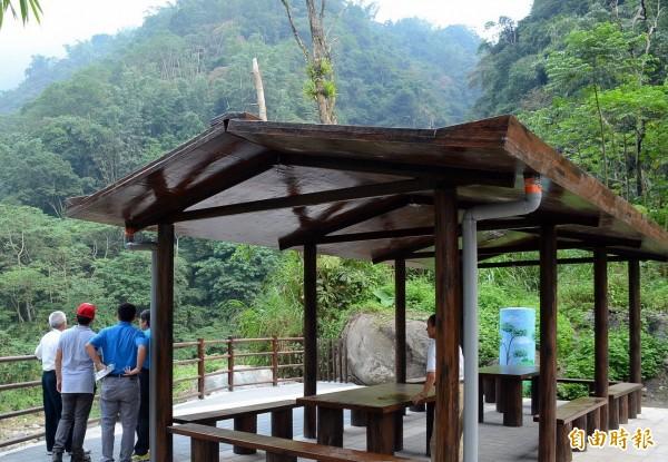 南投縣瑞龍瀑布園涼亭完工後,可提供遊客休息並遠眺高山美景。(記者謝介裕攝)