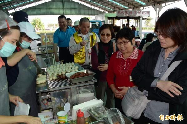 台鐵郵輪列車的貴客上門,社頭人在芭樂市場以各式各樣的小吃迎接他們。(記者顏宏駿攝)