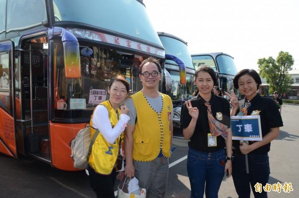 400名郵輪列車旅客到訪,經遊覽車接駁,玩遍社頭。(記者顏宏駿攝)