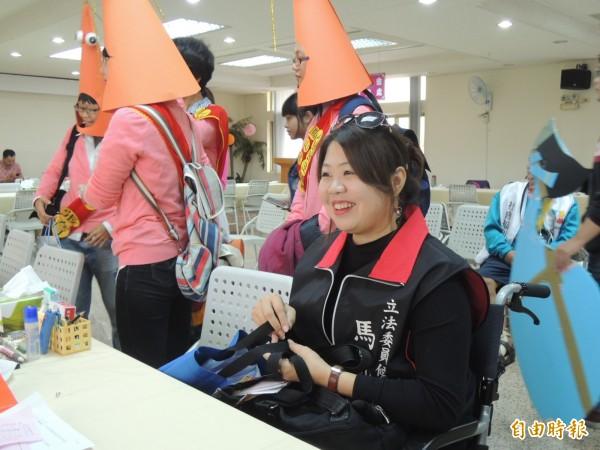 不向命運低頭的罕病單親媽馬凱妮,上午登記參選立委(記者王榮祥攝)