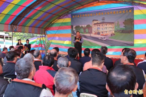 關西鎮鎮長吳發仁(面對鏡頭立者)說明自己提供鎮有地蓋分駐所一切合法。(記者黃美珠攝)