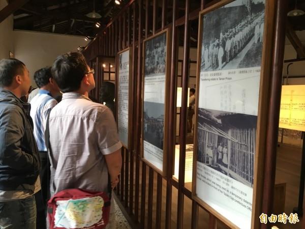 園區內置放歷史照片、文件,讓民眾更貼近歷史。(記者林孟婷攝)