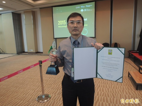 遠東科技大學丁永強助理教授等人研發的「新穎簡易感測排泄物之尿布」獲得特別獎。(記者湯佳玲攝)