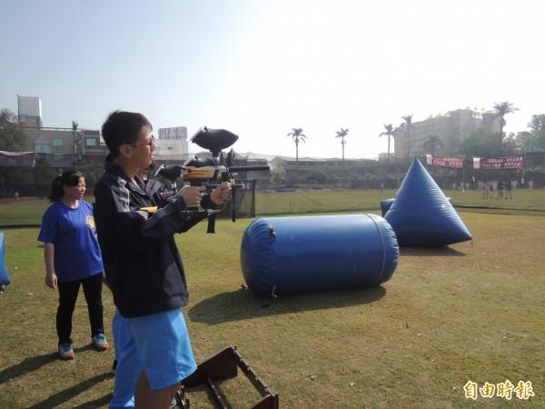 學生漆彈射擊競賽,先練準度。(記者廖淑玲攝)