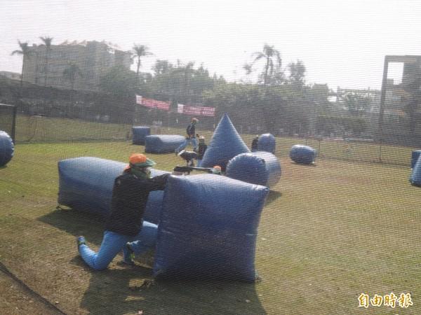 學校利用操場佈置成漆彈場,讓學生體驗射擊。(記者廖淑玲攝)