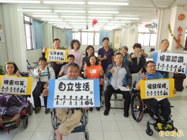 十二月三日是國際身障者日,我國身障者權利公約施行法今年初實施,南市慈光身障協會力促市府儘快全面改用低地板公車。(記者王俊忠攝)
