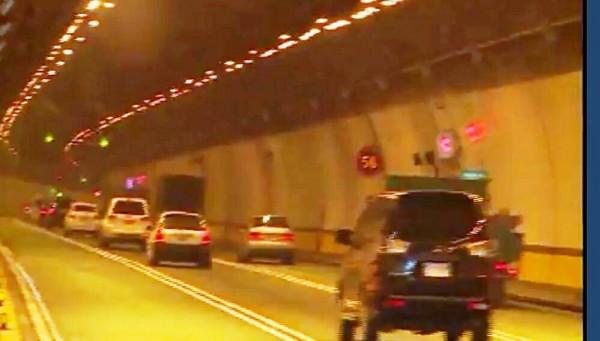 國道3蘭潭隧道內超跑追撞事故,造成車輛回堵 。(圖由讀者提供)