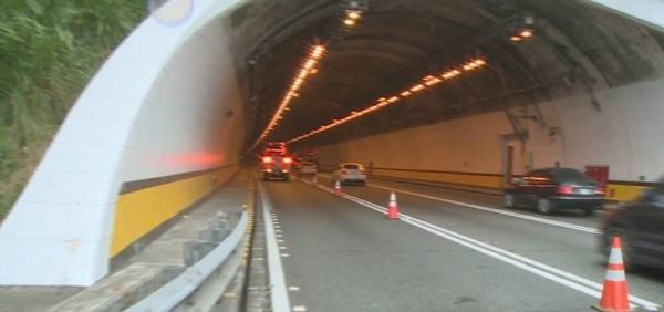 蘭潭隧道內發生超跑追撞事故,處理事故車在遂道豎立三角錐並鳴笛警示。(圖由讀者提供)