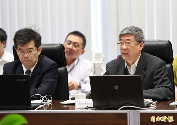環保局長洪正中(右)市政會議說,37.5%的空品測站達紫爆,台中電廠將配合降載。(記者黃鐘山攝)
