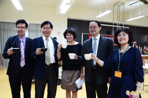 校長曾信超(左2)率員到場為選手們加油、打氣,一起品嚐香醇的咖啡。(記者吳俊鋒攝)