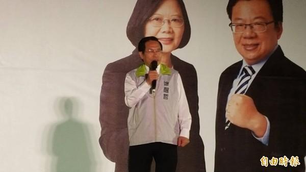 嘉義市長涂醒哲站台輔選時,籲請民進黨支持者全力拉票,要讓蔡英文、李俊俋在明年總統、立委大選至少要贏過對手1萬2千票以上。(記者丁偉杰攝)