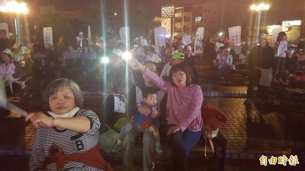 造勢晚會湧進不少支持者搖旗為李俊俋加油。(記者丁偉杰攝)