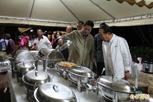心海羅盤「葉教授」(左)掀開鍋蓋,用美食吸引親民黨主席宋楚瑜慢下腳步,算是另類替他這次參選加油打氣。(記者黃美珠攝)