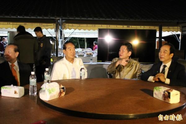 親民黨主席宋楚瑜(左2)今晚應心海羅盤「葉教授」(右2)之邀到寶山餐敘。(記者黃美珠攝)