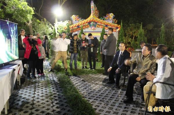 心海羅盤「葉教授」(右2)播放該基金會會址山林美景,跟親民黨主席宋楚瑜(右)分享。(記者黃美珠攝)