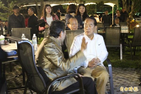 心海羅盤「葉教授」(左)跟親民黨主席宋楚瑜(右)分享心海羅盤會址所在的山林美景。(記者黃美珠攝)