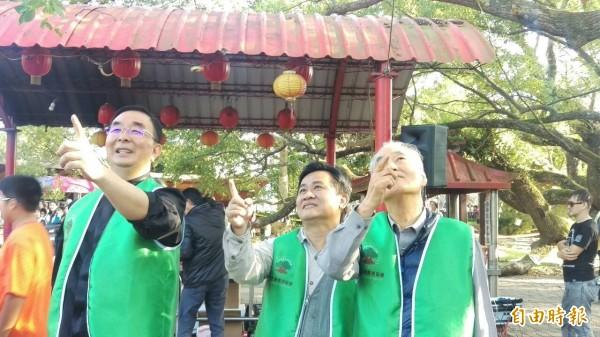 看到老樹現生機,劉東啟教授(中)、吳春山理事長(左)及該協會執行長許叔蓀非常開心。(記者陳品竹攝)
