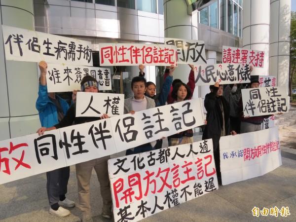 「能盛興工廠」多名年輕人赴南市議會尋求議員連署要求台南市開放同性伴侶註記。(記者蔡文居攝)