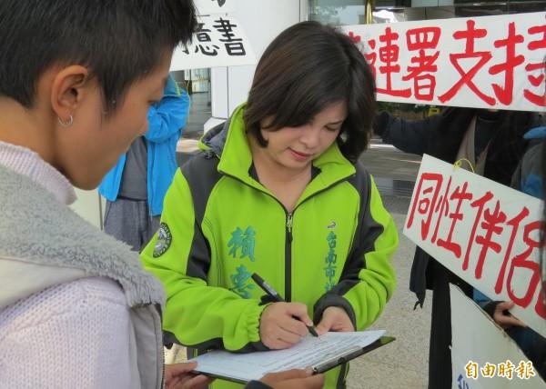 賴惠員(右)認為開放同性伴侶註記是基本人權,率先連署表達支持。(記者蔡文居攝)