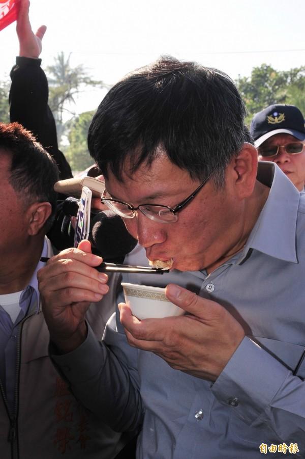 柯文哲持續吃石斑魚。(記者蔡宗憲攝)